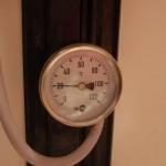 Ein Blick aufs Thermometer zeigt, das Heizungswasser hat aber nur etwa 20°C.